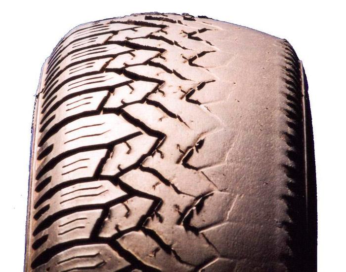 Evidentemente, un neumático en estas condiciones ofrece unas condiciones muy precarias de seguridad activa.