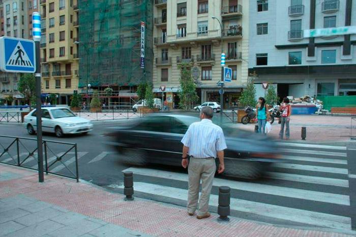 El peatón: elemento frecuentemente muy anárquico dentro del tablero en el que se juega la seguridad del tráfico.