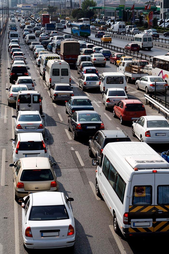 Cuando el tráfico alcanza semejante densidad, lo único que se puede hacer es intentar sobrevivir. Obsérvense los diversos coches pasando de un carril a otro.