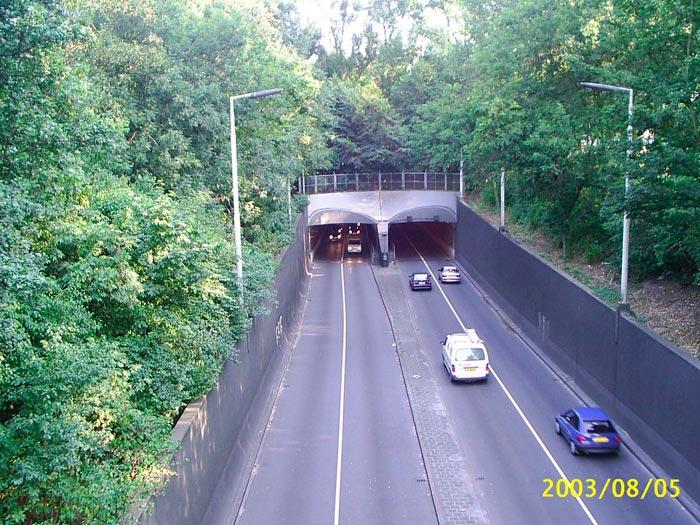 Aunque tienen menos curvas y rasantes que una carretera, los túneles tienen mala prensa; en especial por los problemas de evacuación en caso de accidente.