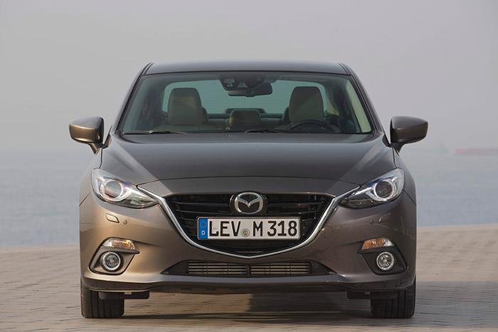 Mazda ha dado con un diseño que es prácticamente común para casi todos sus productos. Obsérvense los deflectores aerodinámicos situados en faldón, cortando parcialmente el flujo de aire hacia las ruedas.