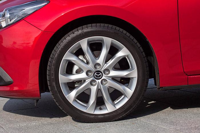 """Aunque la llanta de 18"""" hace parecer pequeño a un disco de freno de 295 mm, al menos va calzada con una razonable sección 215, por lo que no penaliza especialmente el consumo del coche."""