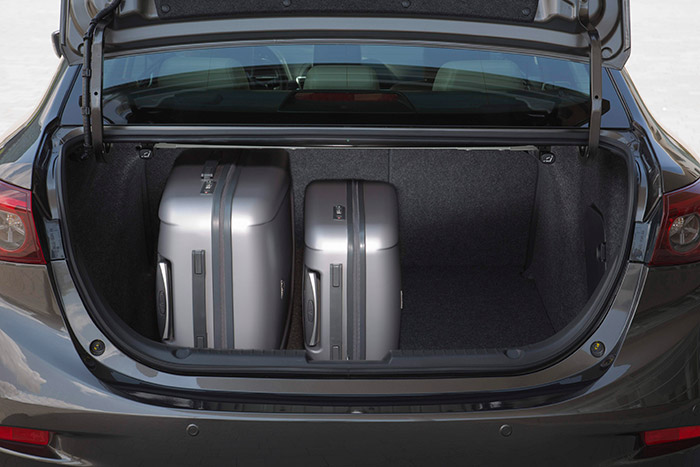 El maletero de 420 litros no es especialmente generoso para un coche de 4,6 metros de longitud, pero al menos su forma es muy aprovechable y la cota vertical permite llevar de pie maletas de buen tamaño.