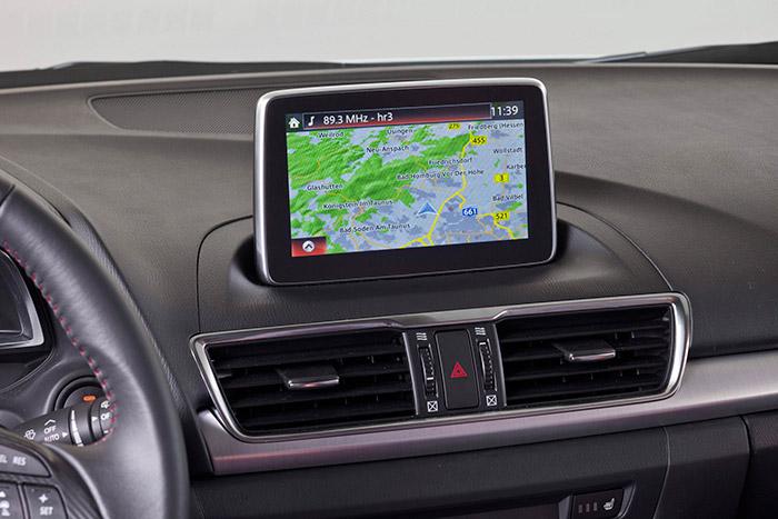 La pantalla está situada al 50/50 para conductor y acompañante, y se aprecia que es un añadido ocultando el hueco de otra mucho más pequeña y horizontal correspondiente a versiones menos equipadas.