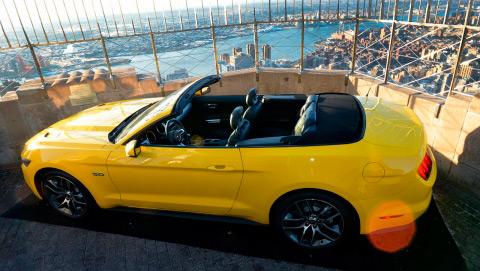 Y aquí tenemos la segunda ascensión, 49 años después: ahora el coche es amarillo; y sobre todo, algo más grande, lo que tiene más mérito.