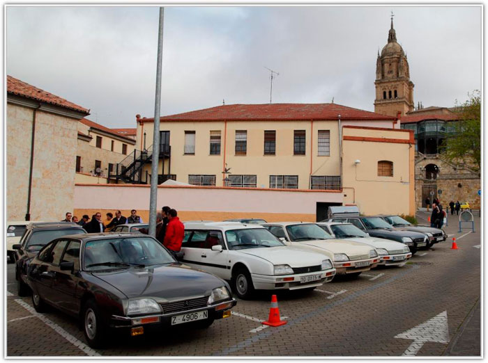 Los participantes van llegando, aunque todavía faltan algunos. Estamos en Castilla-León; ¡qué menos que una torre de iglesia al fondo!