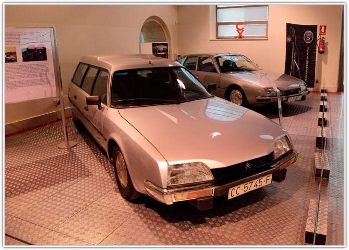 Otra carrocería específica: la Familiar, muy conocida por su variante como ambulancia. También asistió uno similar, pero en negro y como coche fúnebre; no dispongo de foto.