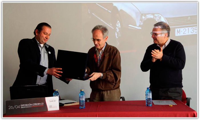 Alejandro me hace entrega de una placa conmemorativa del acto; Ramón Roca me aplaude.
