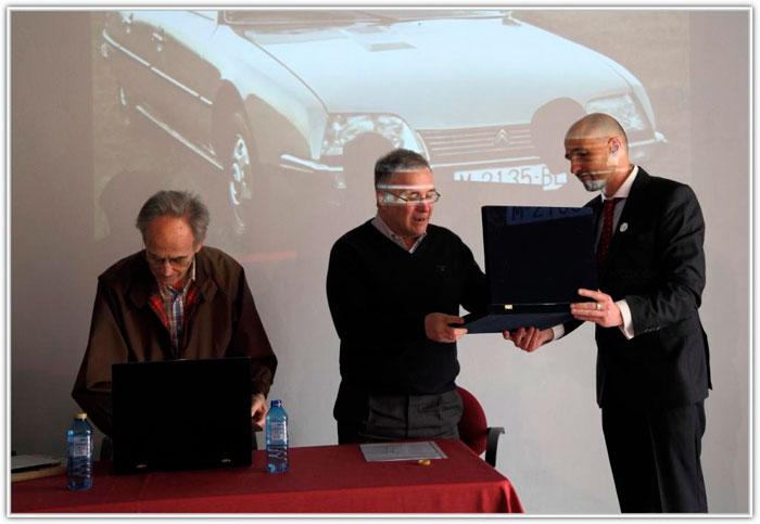 José Manuel le entrega su placa a Ramón; yo también le aplaudí, aunque en el momento de la foto inspeccionaba la mía.