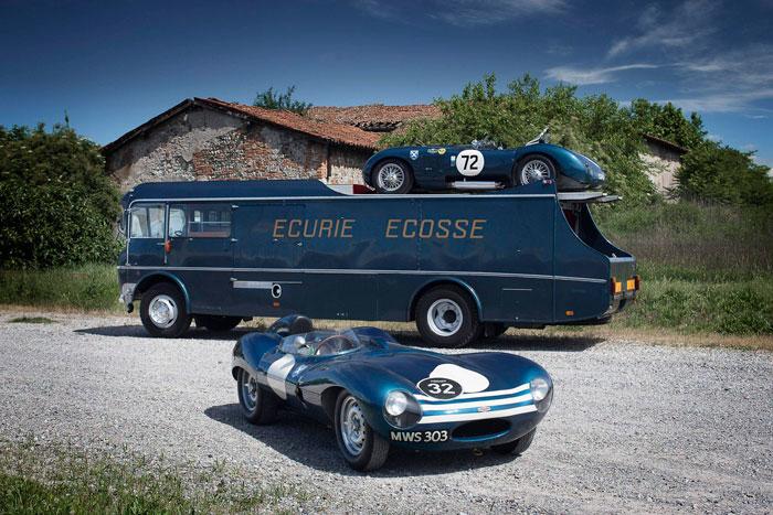 """Cambio generacional en los Jaguar de competición, aquí listos para participar en las Mil Millas Clásicas, transportados en el capitoné original de la mítica escudería escocesa """"Écurie Écosse"""" (en francés, para fastidiar a los ingleses). Arriba un C-Type; y abajo, su sucesor, un D-Type del '54, todavía sin la deriva vertical tras la cabeza del piloto."""