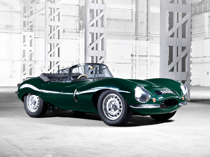 """El XK-SS inaugura la serie de desastres que afligió a los Jaguar """"especiales"""". Es la versión """"de calle"""" del D-Type, y ha entrado en la historia por tres motivos: su propia valía, el famoso incendio, y haber sido coche personal del actor Steve McQueen (en este mismo color """"British Racing Green"""" de la foto)."""