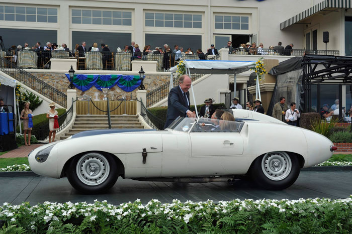 Otro modelo único: el E2A. De nuevo Malcolm Sayer afinó todavía más el diseño del D-Type, para las 24 Horas de Le Mans de 1960, donde corrió con deriva vertical, eliminada posteriormente, como atestigua la foto. Este coche inauguró la suspensión trasera independiente del E-Type, del que puede considerarse como un precursor; por ello lleva tomas de aire en las aletas posteriores, para refrigerar los frenos situados a la salida del diferencial.