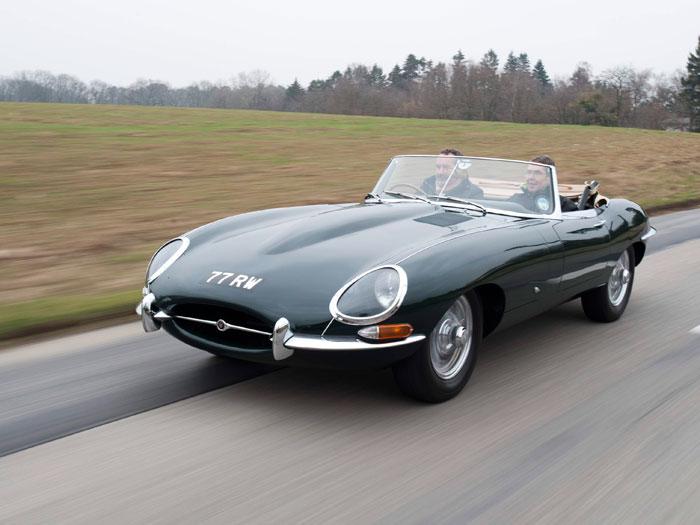 """Trece años después del XK-120, otro bombazo mayor si cabe: en el Salón de Ginebra de 1961 se presenta el E-Type. Sigue llevando el mismo 6 cilindro 3.8 doble árbol de carrera larga de todos los anteriores y el cambio Moss, pero la carrocería está inspirada en los D-Type/SS/E2A. El propio Enzo Ferrari reconoció que era """"el automóvil más bello del mundo""""."""