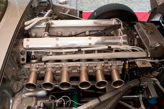 El precioso motor XK-3.8, en este caso de un Low Drag Coupé, con inyección Lucas y control de la admisión por tajadera, y no por mariposas. Con los culatines pulidos a brillo  de espejo, es un regalo para la vista.