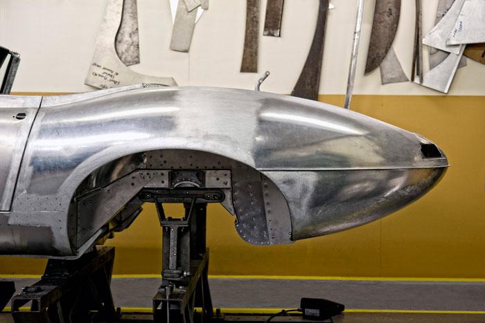 """Esta es una de las seis nuevas carrocerías, en pleno proceso de fabricación. Puesto que se hace en fábrica, y con números de bastidor archivados en 1963, no es una """"réplica"""", sino un coche auténtico, si bien construido con medio siglo de retraso. Y quizás la calidad de los materiales, aunque teóricamente idénticos, sea un punto superior."""