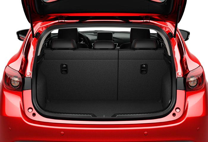 El maletero cubica 55 litros menos que en el Sedán (364 en vez de 419) a cambio de 12 centímetros menos de voladizo posterior; pero el portón permite mejor accesibilidad al mismo, y como las bisagras son exteriores, no interfieren en la zona de carga.