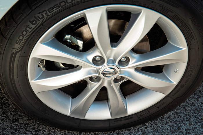 La llanta y la medida del neumático corresponden a la unidad de pruebas; en cuanto al neumático en sí, es el Dunlop Blue Response que montaba el 1.5-dCi presentado hace once pruebas.