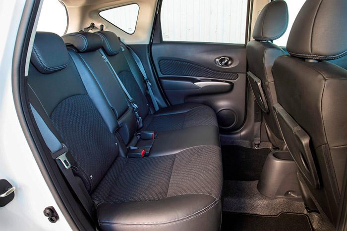 Perfectamente equipado para alojar a tres pasajeros; el confort del que vaya en medio, entre el respaldo, las hebillas y la consola, ya es otra cuestión.