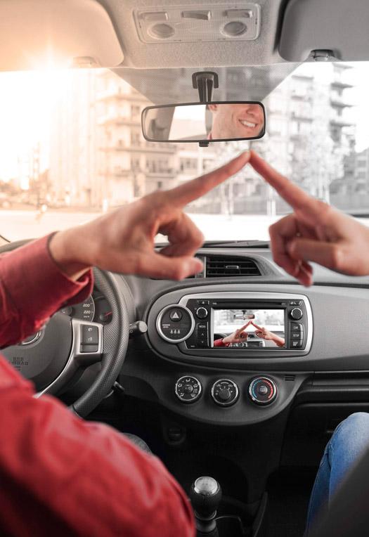 """Ahora, hasta los coches hacen """"selfies"""": conectas tu iPad con cámara al sistema de infotainment, y en la pantalla aparece lo mismo que puedes observar a simple vista; todo un progreso."""