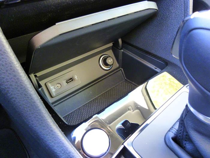 Volkswagen Golf Sportsvan. Cajetín con toma de corriente y conectores