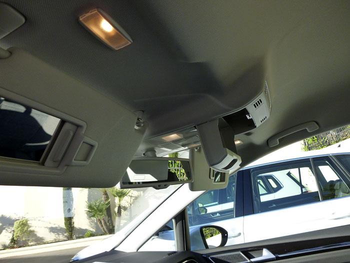 Volkswagen Golf Sportsvan. Parasoles y cajetín en el techo.