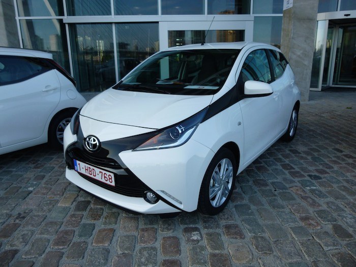 Toyota Aygo (2015). Acabado x-play. Blanco