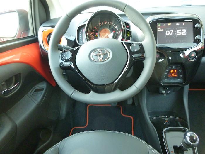 Toyota Aygo x-cite (2015). Volante y consola