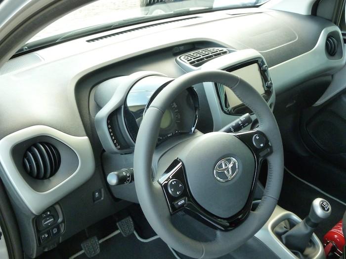 Toyota Aygo (2015). Plata blanco. Volante