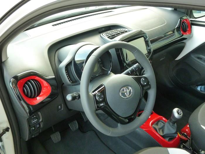 Toyota Aygo (2015). Paquete x-line. Volante. Mandos