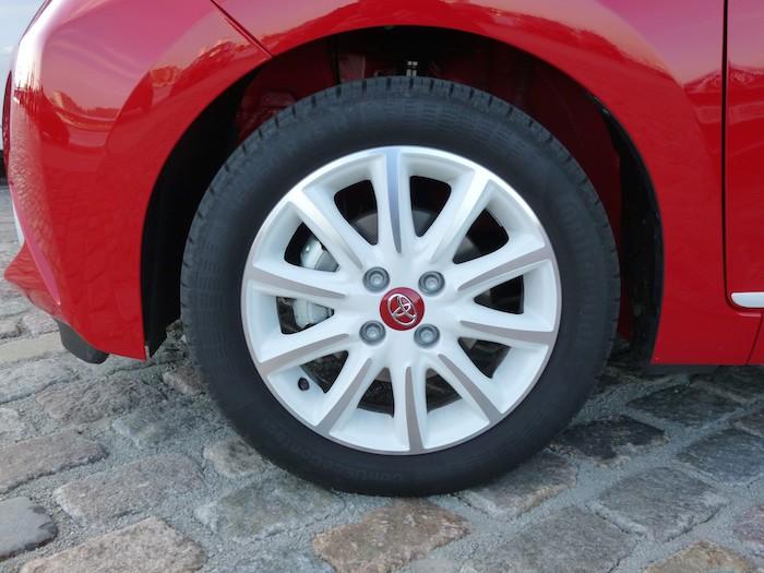 Toyota Aygo (2015). Rojo y blanco. Llanta 15 pulgadas