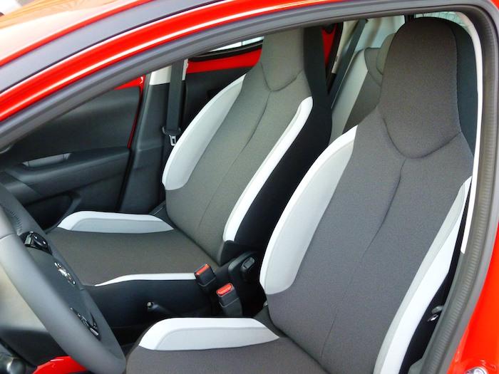 Toyota Aygo (2015). Asientos delanteros