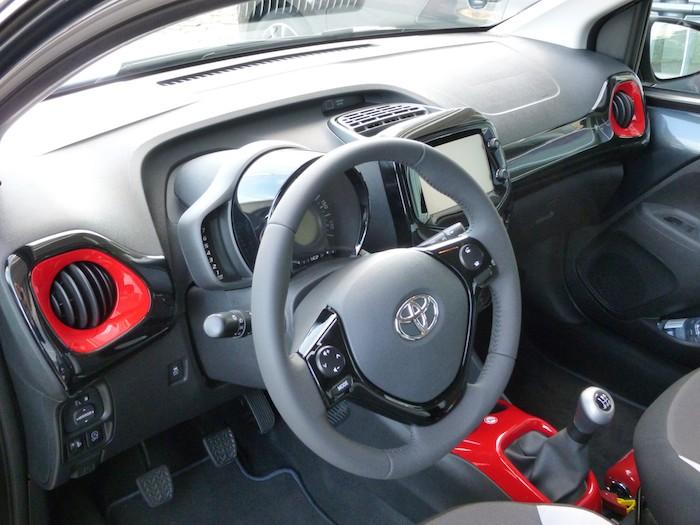 Toyota Aygo (2015). Paquete x-line. Volante y mandos
