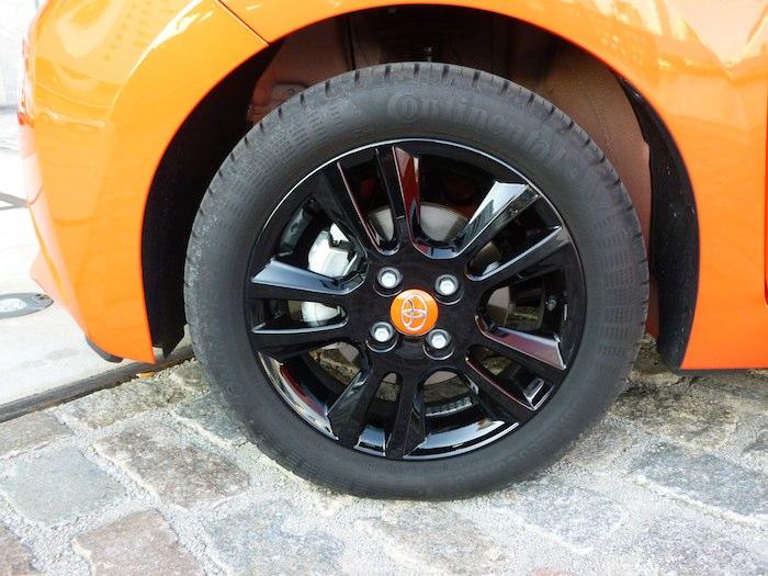 Toyota Aygo x-cite (2015). Llantas de aleación negro brillante