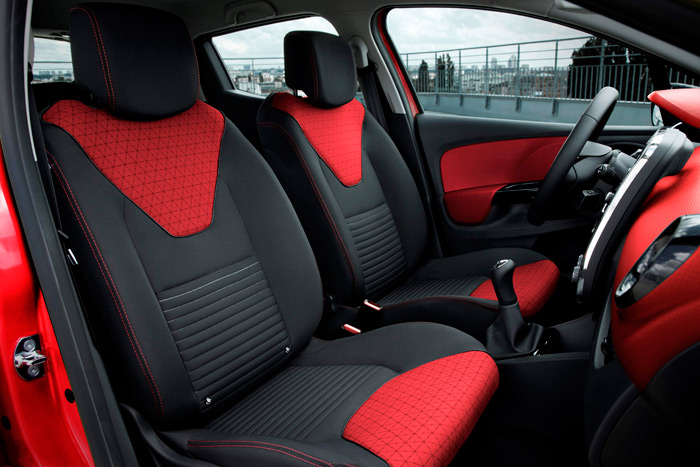 La complejidad del diseño se hace extensiva a la variedad de colorido, textura y dibujo de la tapicería de los asientos.