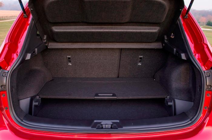 Aunque de forma algo irregular, el maletero es bastante amplio, y permite una gran variedad de conformaciones, moviendo la bandeja intermedia.