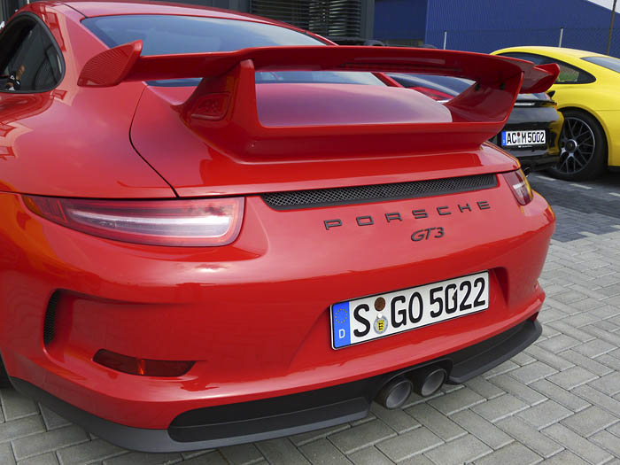 Porsche 911 GT3. Alerón, logotipo, escapes