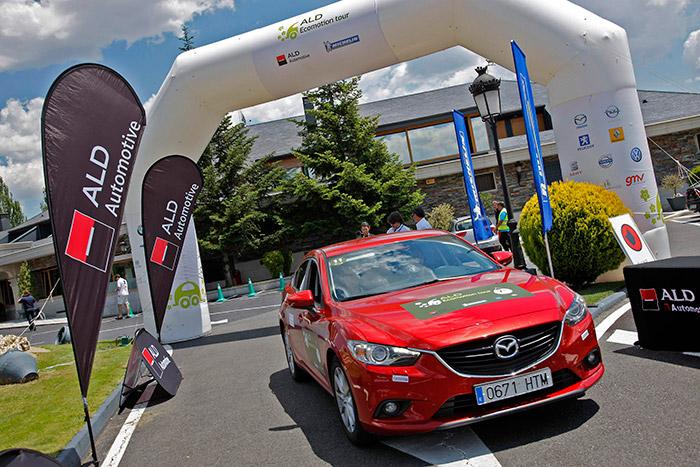 Y aquí está nuestro Mazda-6 2.0G, entrando finalmente en Guadarrama, para cerrar el recorrido. Bonito sí era; pero caluroso también, con ese color, ventanillas cerradas y sólo ventilación dinámica.