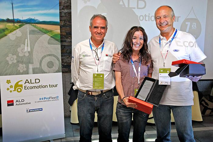 Y aquí reaparecen los protagonistas de la tercera foto: Noemí Alonso y Víctor Piccione recogen sus trofeos; entregados por Pedro Malla, el Director General de ALD Automotive.