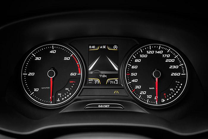 Para un motor cuya potencia máxima es lineal desde 3.200 a 4.000 rpm, resulta exagerado que la zona roja del cuentarrevoluciones no empiece hasta las 5.000 rpm; pero lo cierto es que el corte total de inyección no se produce hasta exactamente las 4.800 rpm.
