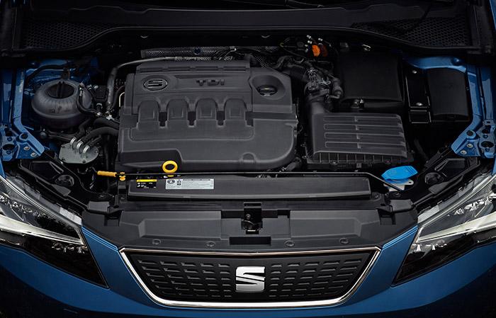 Y aquí está el motor, o más bien aquí dentro, muy oculto bajo un conjunto de tapas de plástico muy bien ordenadas; casi mejor, porque las actuales mecánicas no suelen ser precisamente un prodigio de estética.