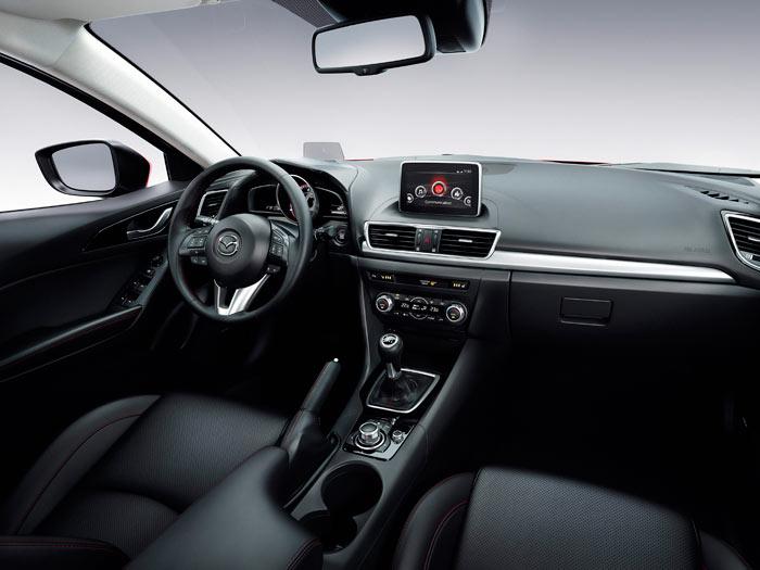 He conseguido una foto con palanca de cambios manual, en vez de la sempiterna automática, la que Mazda se empeña en ofreceren el 99% de las fotos. La solución posicional del navegador no es muy estética, pero al menos tiene la ventaja de que no obliga a desviar la vista más que en horizontal.