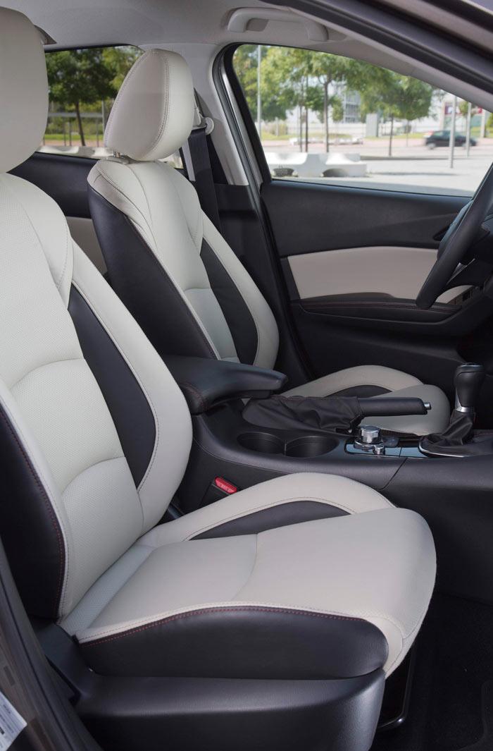 Los asientos están en un aceptable término medio: confortables sin se butacones, y recogiendo bien sin ser buckets deportivos ni poner dificultades para entrar y salir.