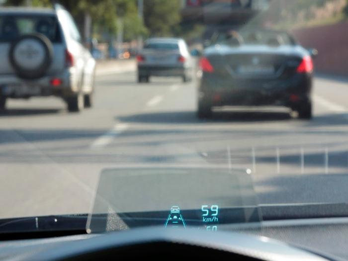 La pantalla del HUD (Head-Up Display) en su enfoque natural: en el menú hay un mando para inclinarla en función de la postura de conducción y estatura del conductor.