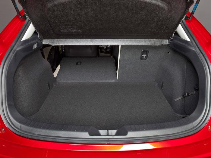 El maletero, de 364 litros con la bandeja en posición normal, tiene la clásica modularidad del respaldo abatible en proporción 60/40%.