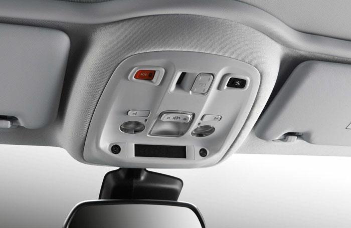 El panel de mandos situado en el techo, con sus teclas de bordes redondeados, presenta el mismo aspecto de esmerado acabado que todo el resto del habitáculo.