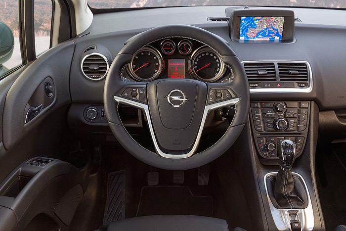Puesto de conducción típico de Opel, bastante impresionante en su apariencia. Una vez que se le coge el truco a los mandos (sobre todo a los rotatorios de la consola central) la cosa marcha bastante bien.
