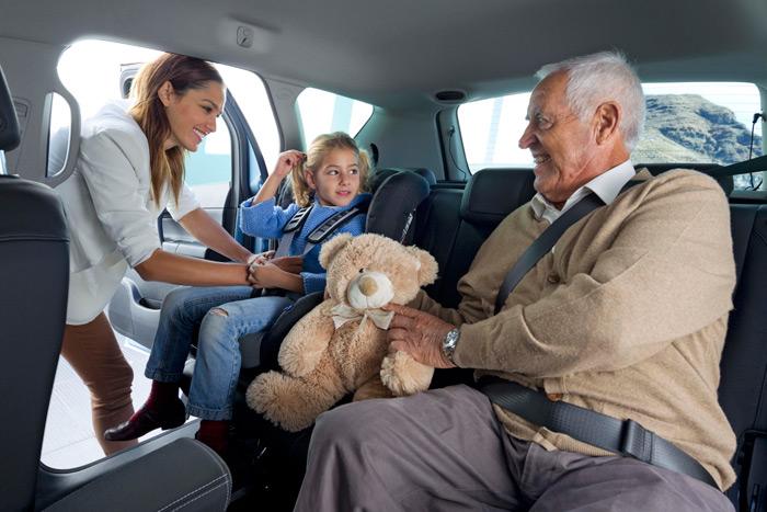 """La apertura """"al contrario"""" de las puertas traseras permite realizar con mayor comodidad las maniobras de instalar a los pequeños en sus asientos, estando el adulto relativamente protegido la puerta."""