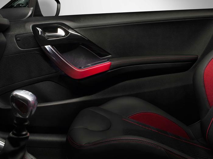 Esto es lo máximo que hemos encontrado respecto a los asientos delanteros, que son un híbrido entre butacas cómodas y buckets deportivos.