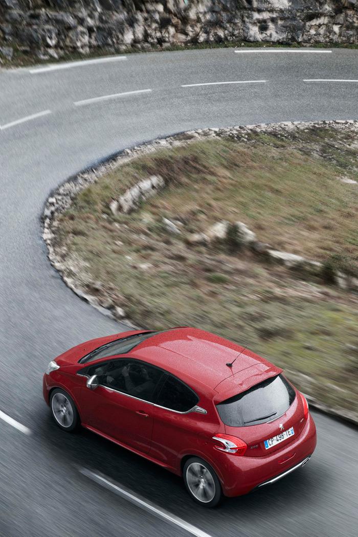 Una carretera de estas características es el hábitat natural de un coche que exhiba la denominación GTI.