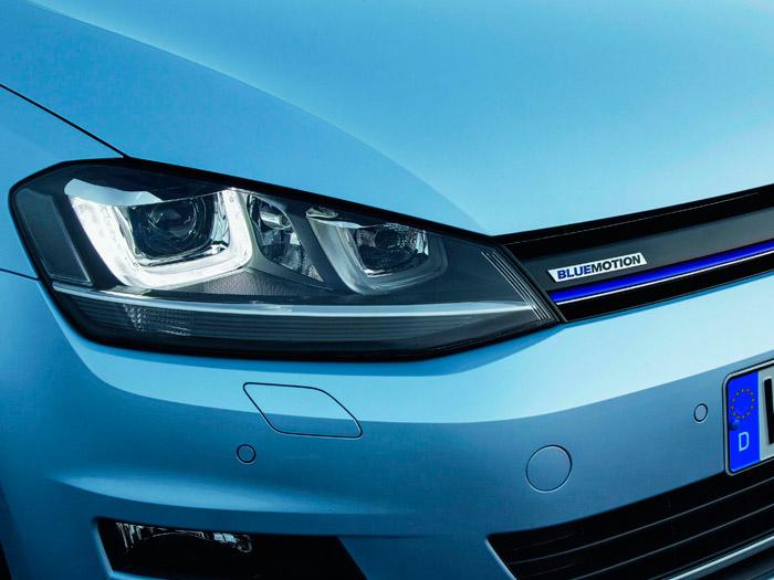 """Aunque discretamente, la denominación del modelo aparece en la parrilla, reforzada por la banda de color azul. Los modelos económicos empezaron siendo """"green"""" (emisiones limpias), pero luego han pasado a """"blue"""", que no está muy claro lo que significa (¿eléctrico en un híbrido?)."""